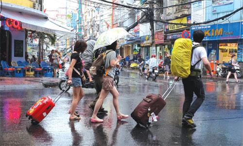 Nếu đi du lịch mùa mưa không nên mặc quần áo ngắn.