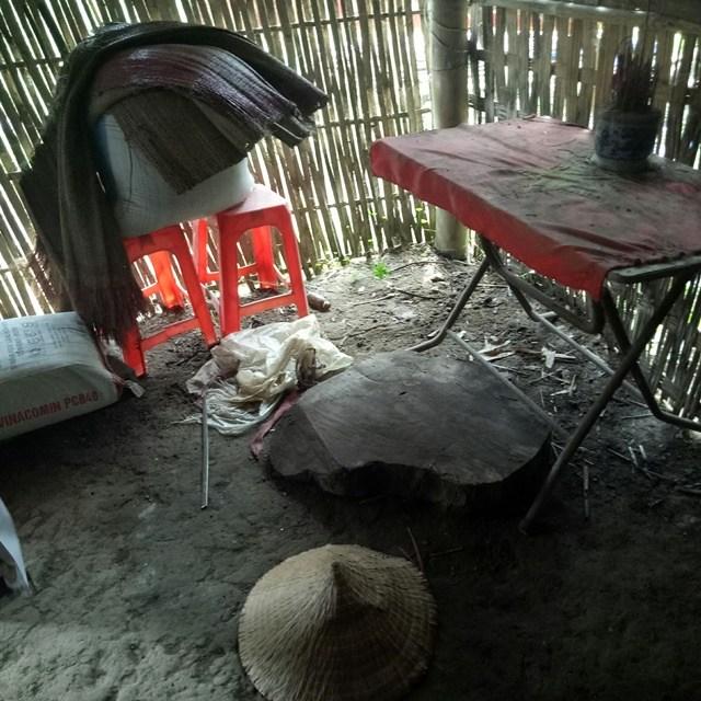 Hình ảnh căn nhà thiếu thốn đến cái ghế cũng không có cho khách ngồi