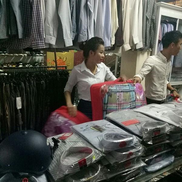Nữ doanh nhân tự tay đi chọn chăn ấm để tặng cho các em nhỏ