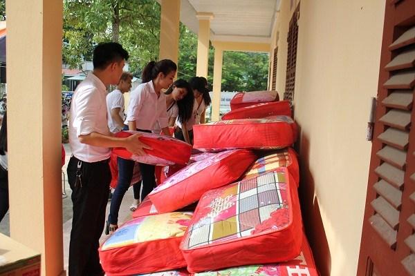 Doanh nhân Xuân Thanh bên các em nhỏ tại xã nghèo